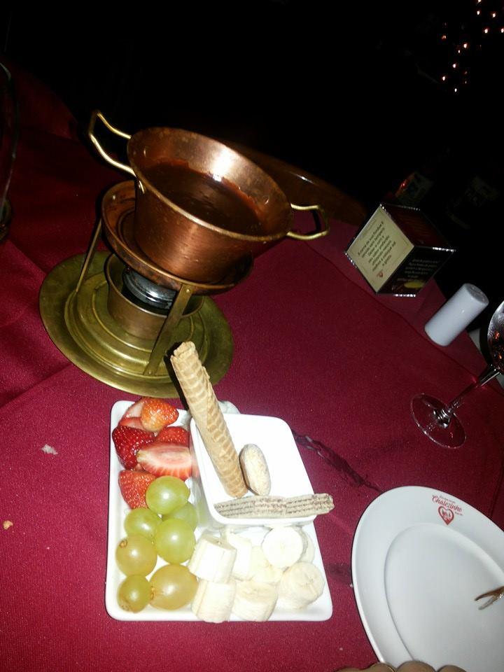 Não tirei foto da fondue salgada, mas pela de chocolate da foto, dá para ver que a porção é bem pequena. E era para dois