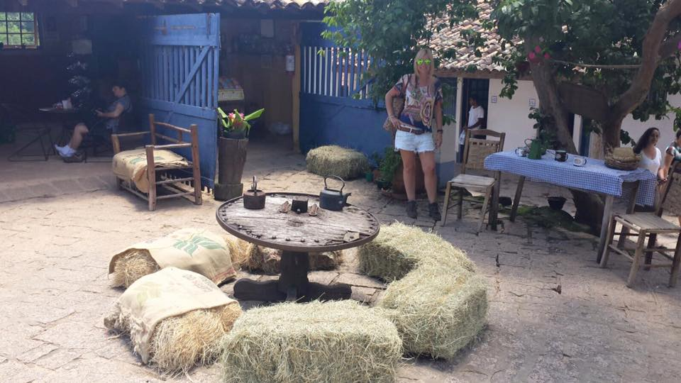Um dos espaços aconchegantes da fazenda, que também é uma das várias lojinhas do local