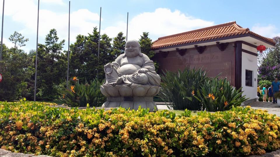 Espalhados pelo local, muitas estátuas e imagens de Buda
