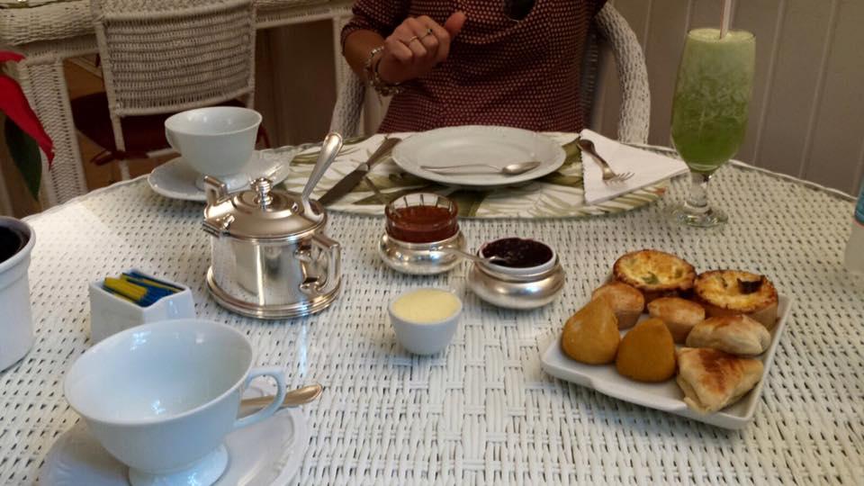 Muitas delicias, servidas num maravilhoso e chique serviço de chá em prata