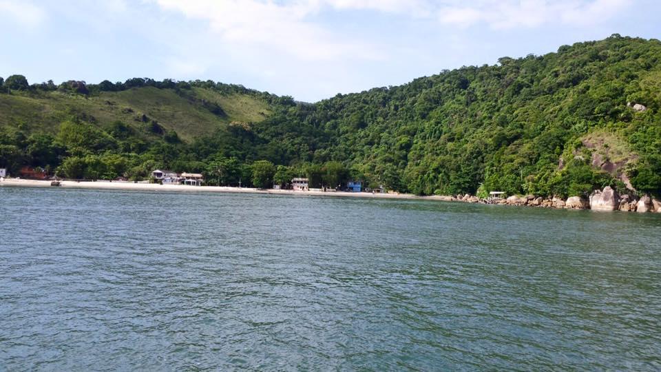 Uma vista da vila de pescadores e sua praia quase deserta