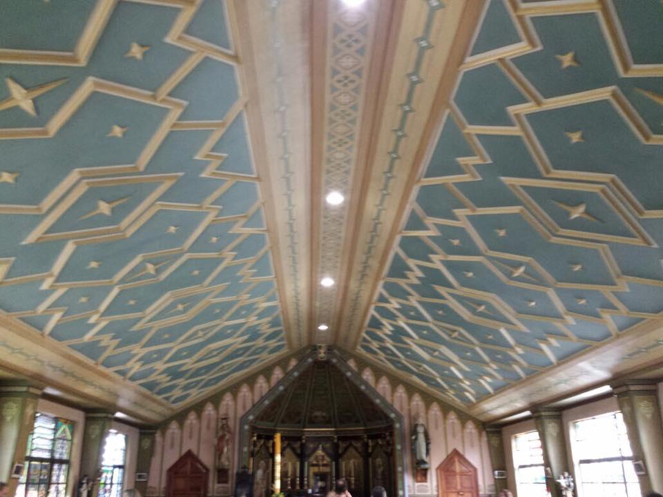 O teto é pintado para imitar o céu