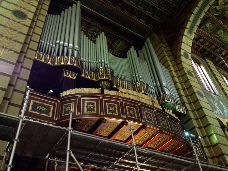 O enorme orgão alemão, com um som muito potente, acompanha o lindo canto gregoriano