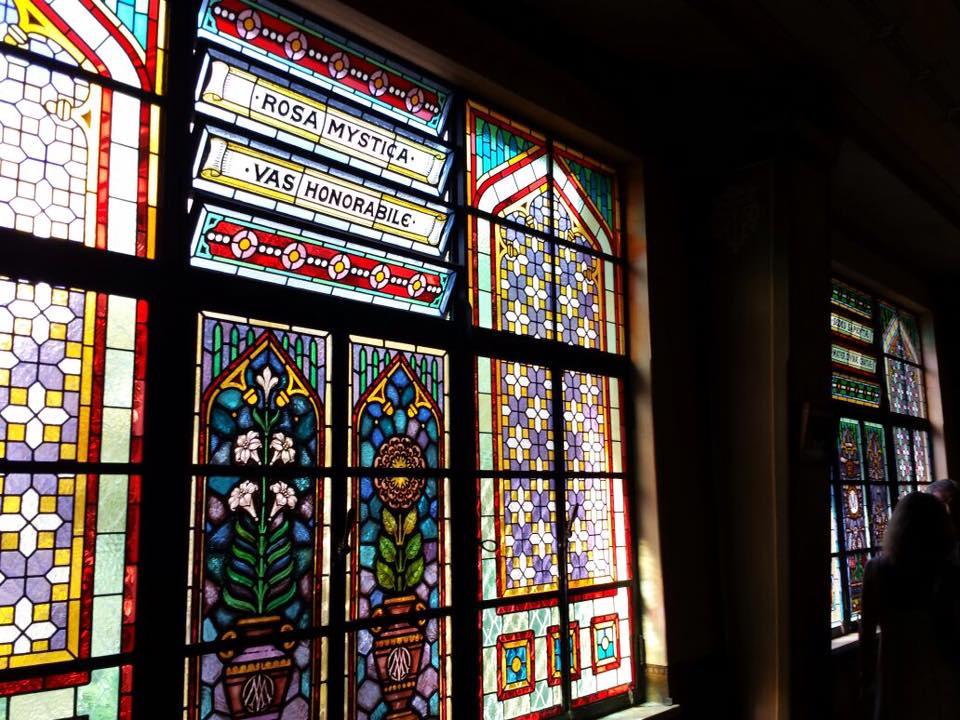 São muitos vitrais, todos lindos! E refletem a luz, tornando tudo mais charmoso
