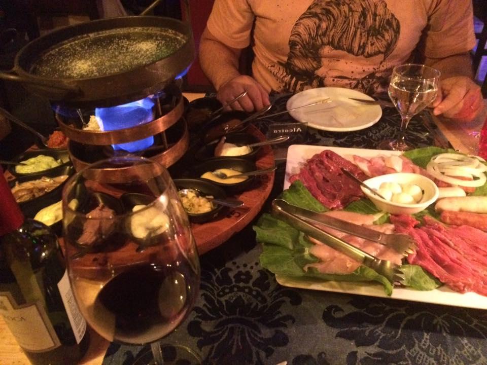 O fondue de carnes, vem muuuuita coisa!