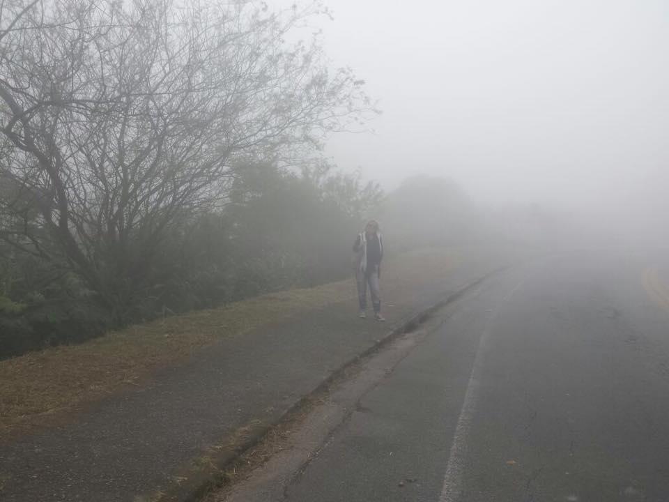 Chegando na cidade, já coberta pela neblina! É até difícil de me achar na foto!
