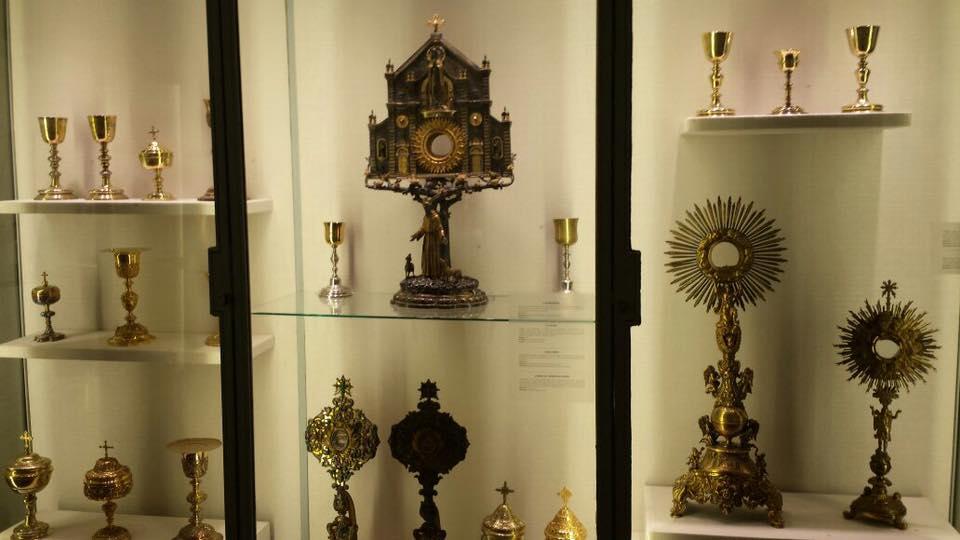 Centenas de peças em ouro e pedras preciosas
