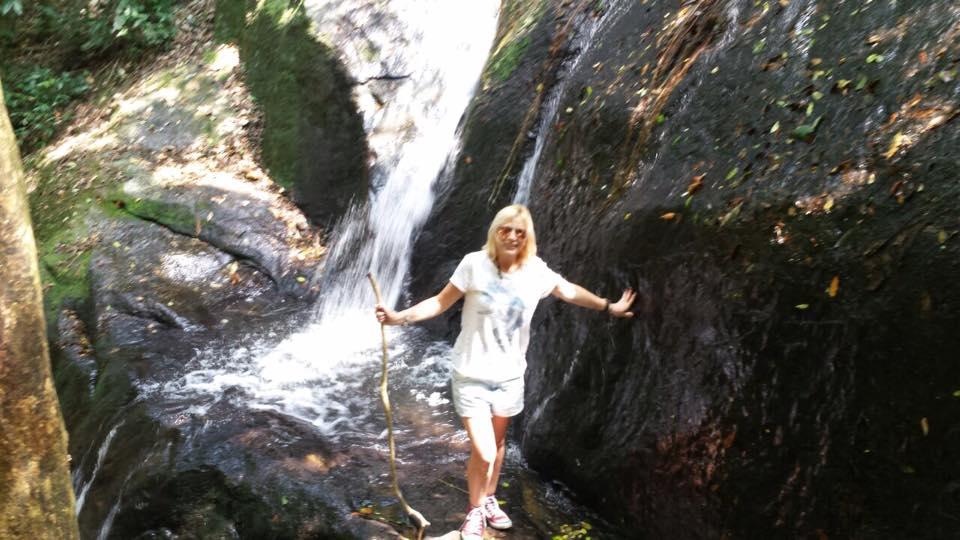 A cachoeira é pequena, mas vale a vista!