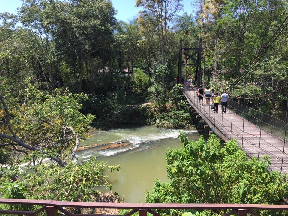 A ponte suspensa no Recanto do Américo, proporciona uma linda vista do Rio Paraíba