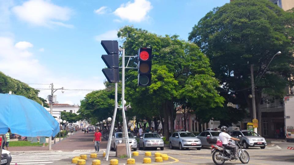 E o semáforo gigante