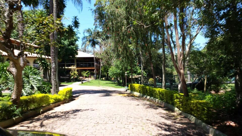 O restaurante fica localizado no Hotel Recanto da Cachoeira