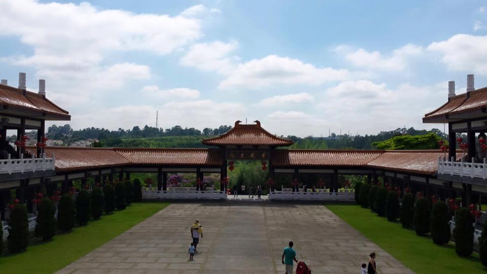 Vista da porta de entrada do templo