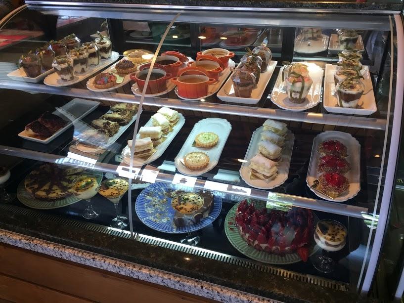 """Grande variedade de doces na """"vitrine""""... Difícil é escolher um só!"""
