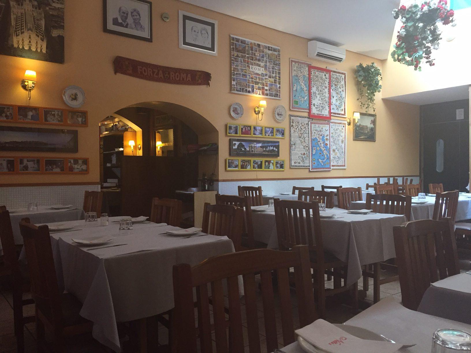 Ambiente típico, com muitos quadros do cinema italiano