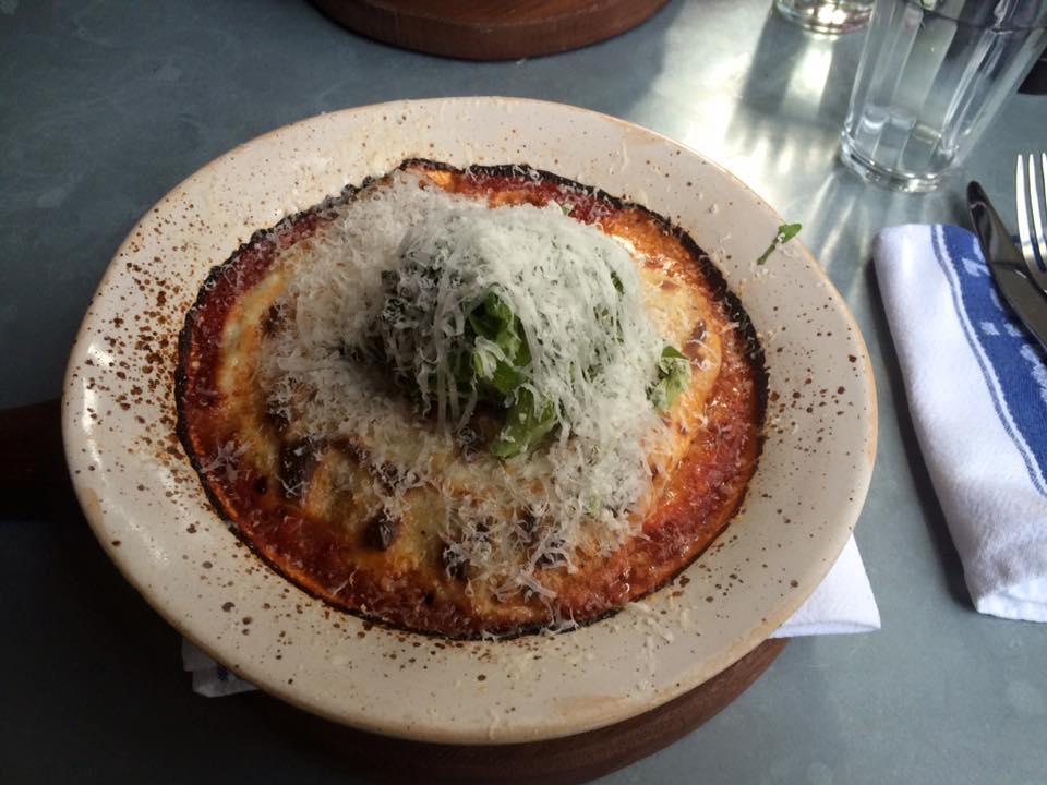 A lasanha de massa fresca, com detalhes de verdurinhas!