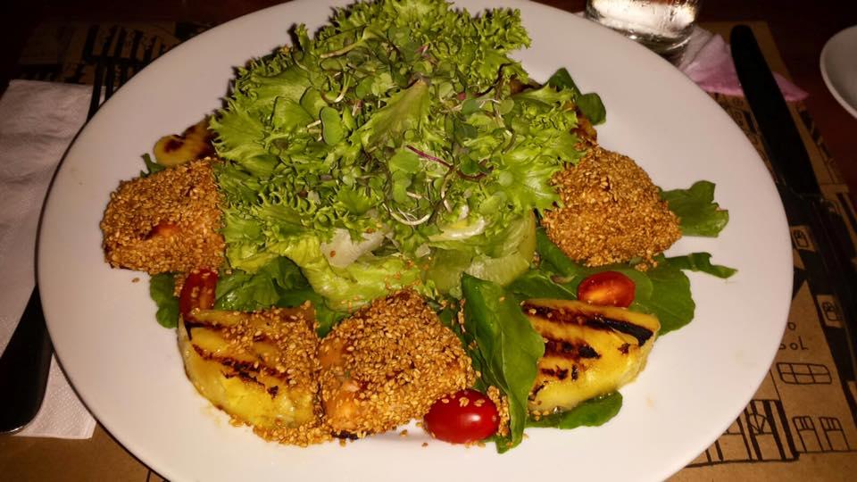 A salada é tão bem servida, que atende como prato principal