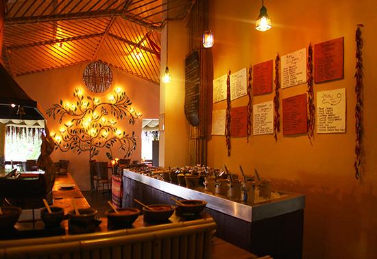 As ilhas com os ingredientes crus, as receitas nas paredes e no centro fica a chapa, onde o cozinheiro prepara a comida! Foto divulgação do site