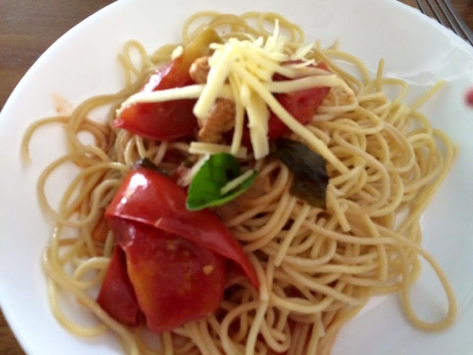 Macarrão integral com molho de tomate e manjericão. Simples, saudável e saboroso