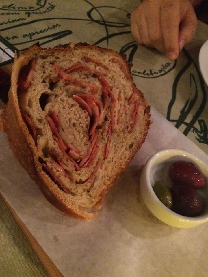 Para a entrada, o pão de linguiça é imperdível! Delicioso