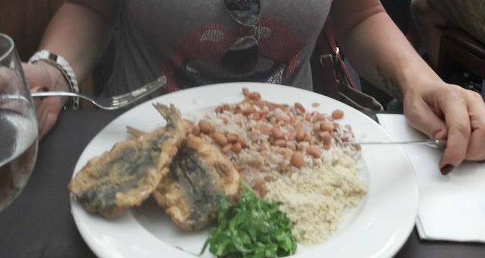 Sempre peço o PF com arroz, feijão, couve e sardinha frita! Simples e delicioso!