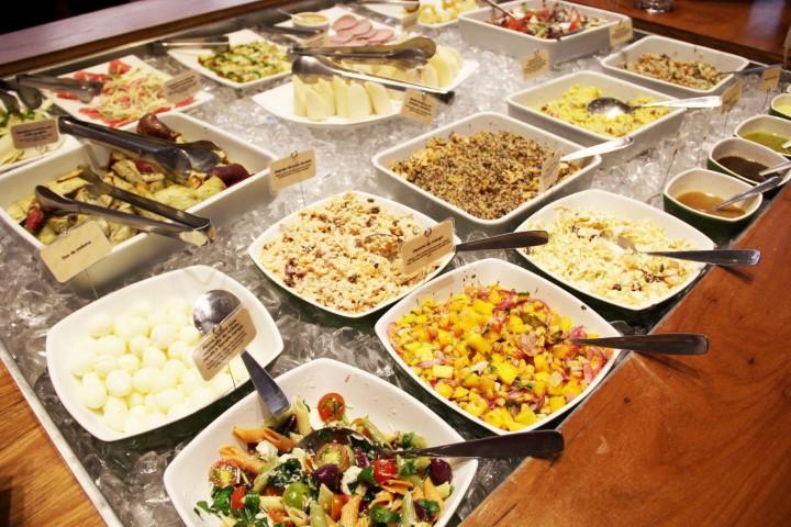 Saladinhas saborosas e transadas no buffet do América. Foto divulgação do site.