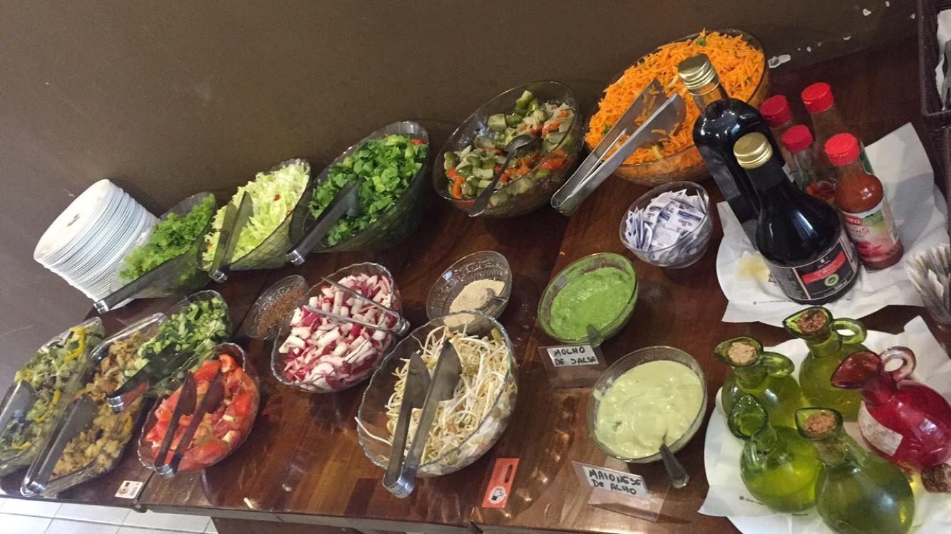 Buffet variado de saladas, a vontade!