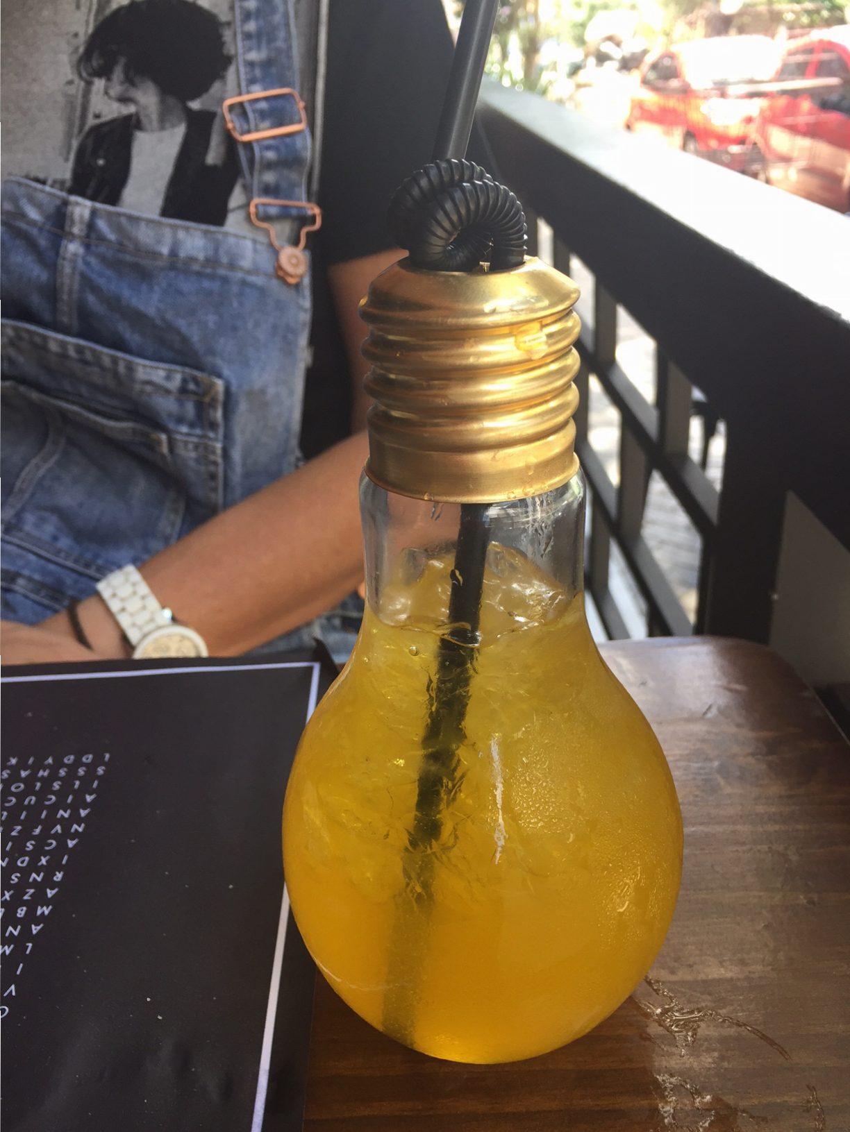 A Luz no Fim do Túnel: dentro de um copo que parece uma lâmpada, vem o bem servido drink a base de maracujá, espumante e vodka