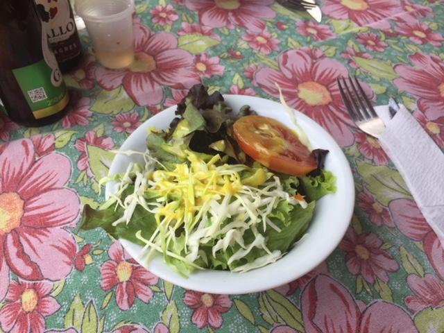A saladinha de entrada está inclusa no preço do prato principal