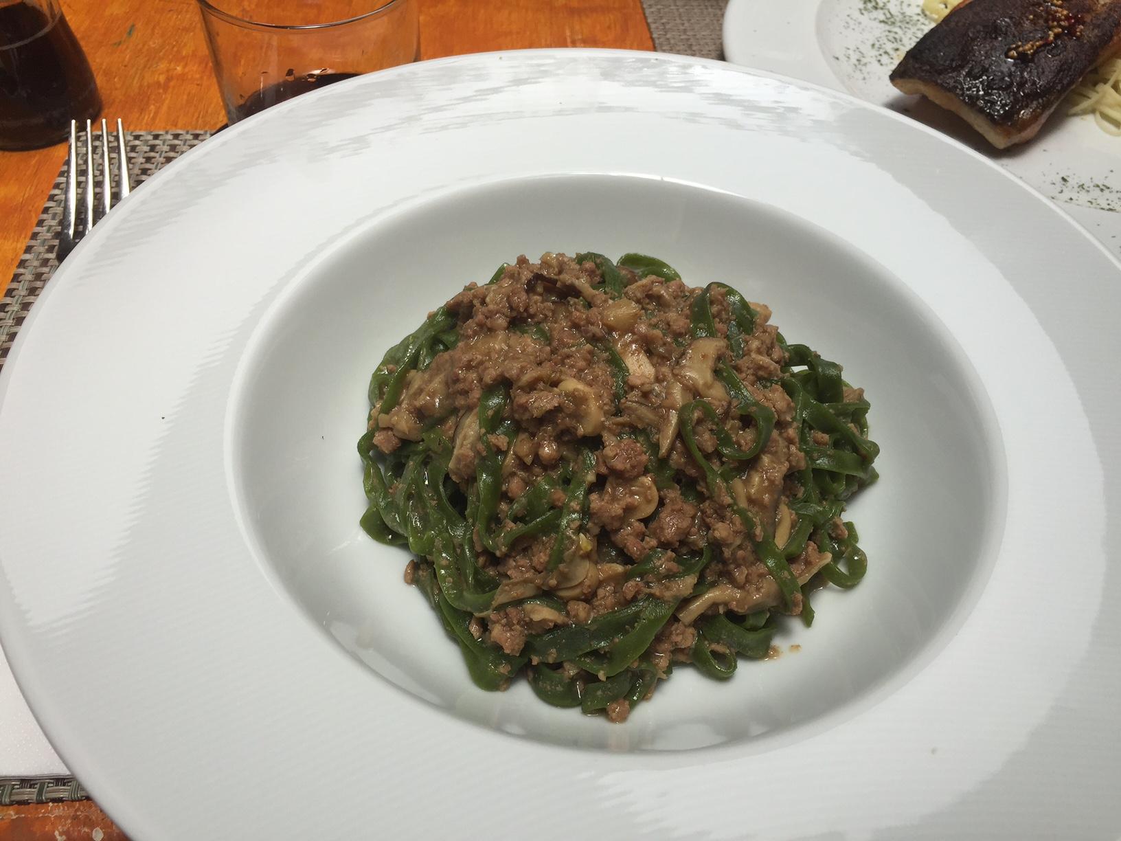 Massa verde, com molho ragu de cordeiro e cogumelos, uma delícia