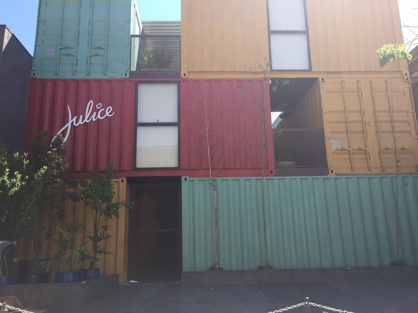Na fachada do local, vários containers