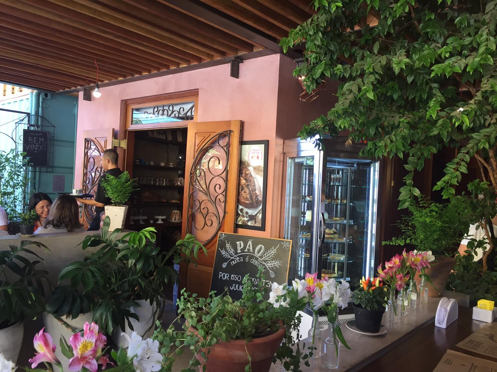 Área externa com decoração estilo rústica, em meio ao jardim