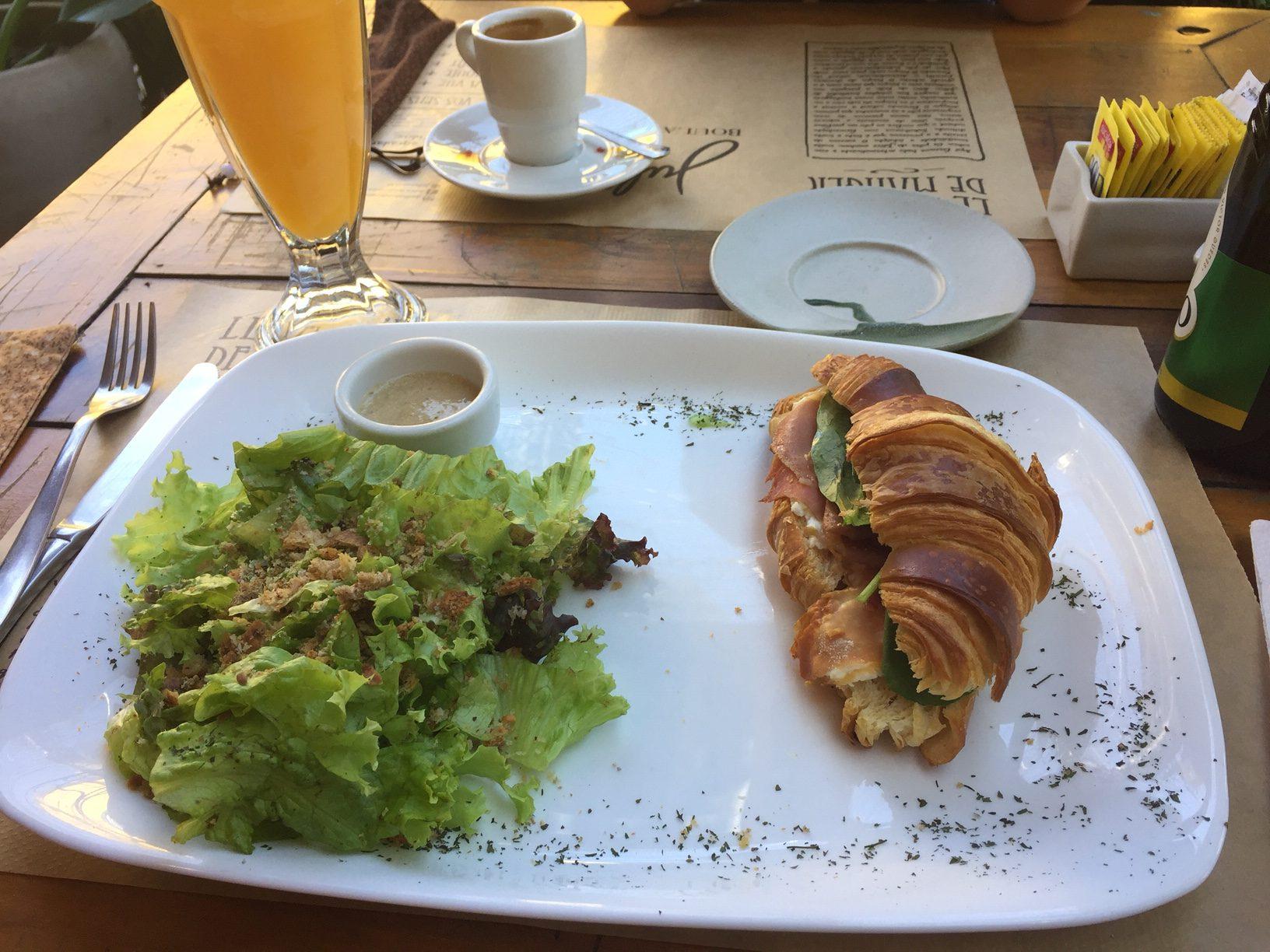 O sanduíche de croissant vem acompanhado de salada