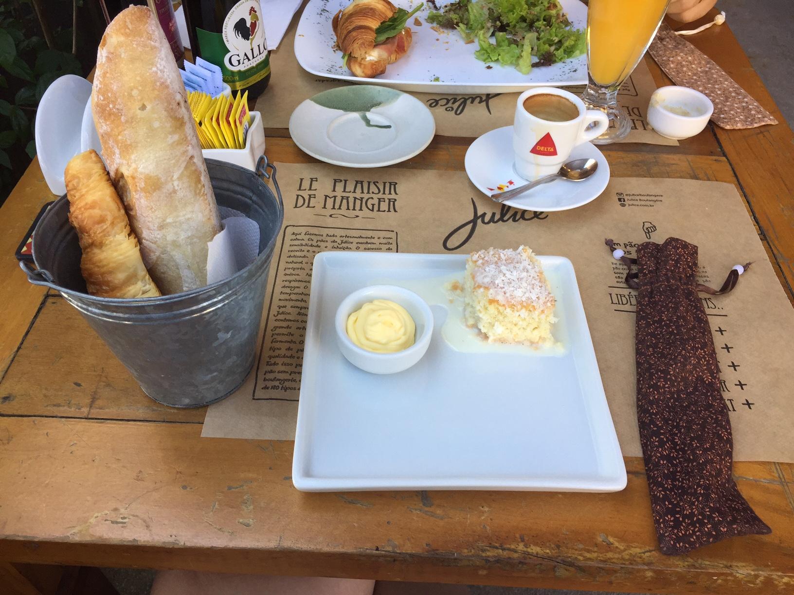 Pão integral artesanal, croissant (divino) e bolo! Adorei a apresentação!