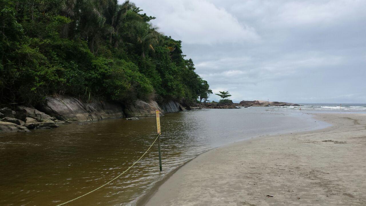 No canto esquerdo, onde tem a cachoeira, o rio se junta com o mar