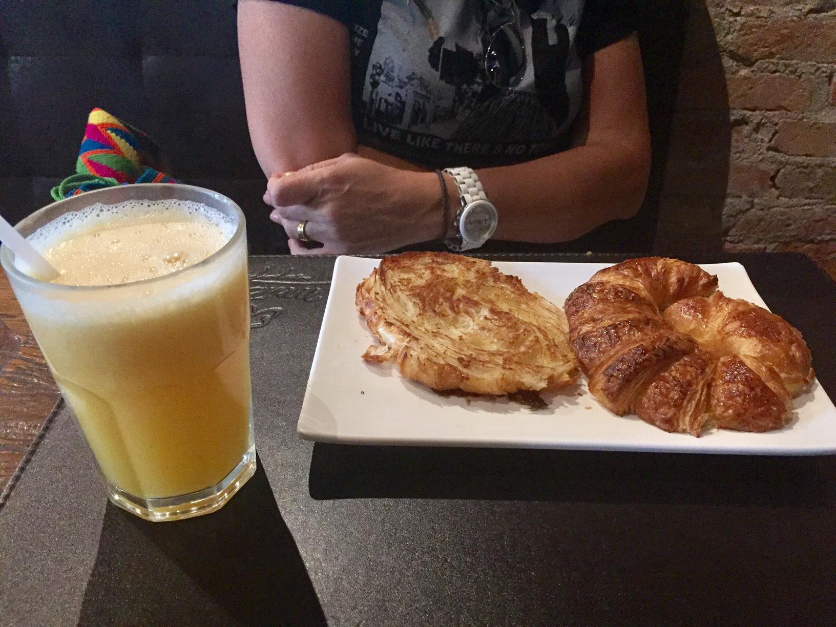 Croissant com manteiga feito na chapa. Gostoso mas com preço bem salgado