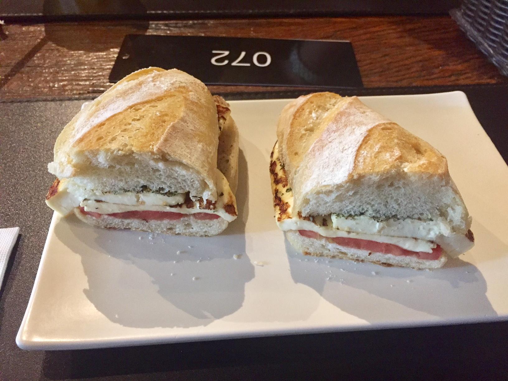 Maridão escolheu o lanche de queijo branco e tomate no pão português. Simples e caro, mas estava bem gostoso