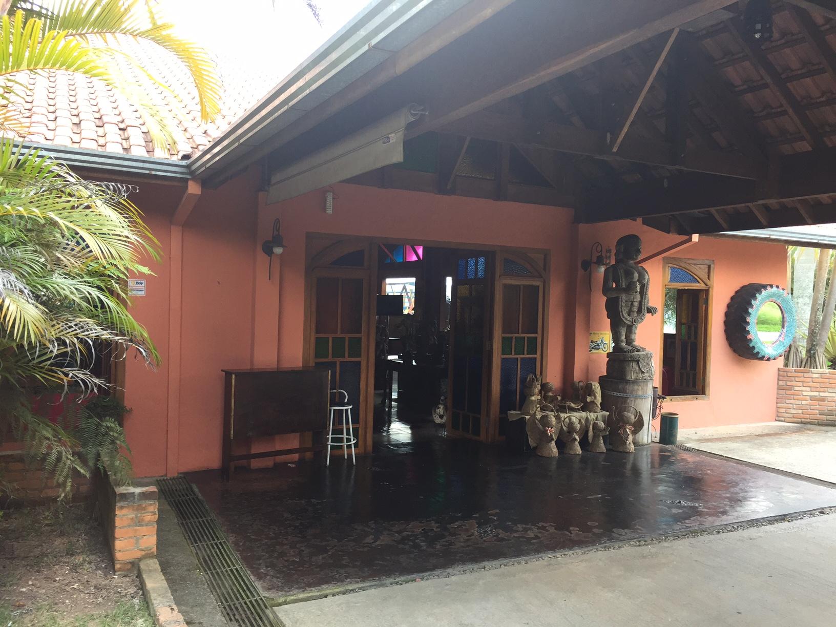 A entrada do local, tudo muito bem decorado e aconchegante