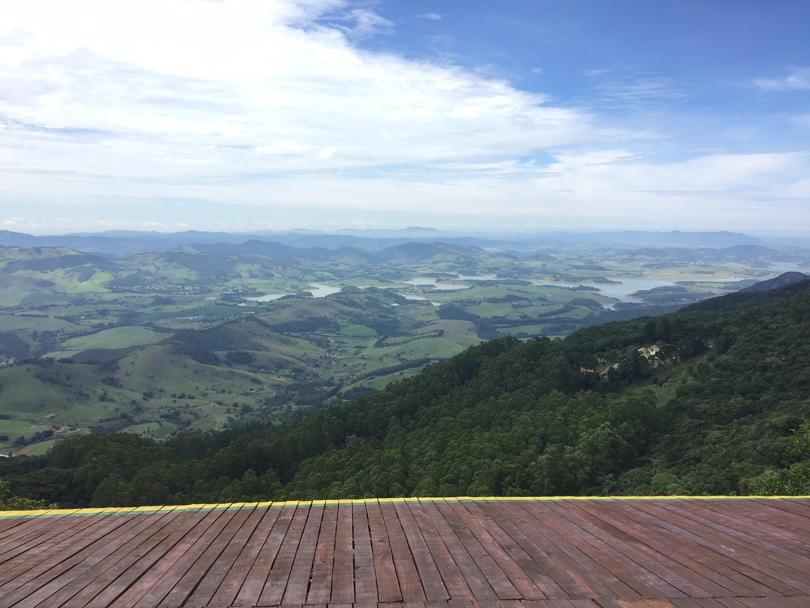 De um lado a vista maravilhosa da região e suas paisagens..