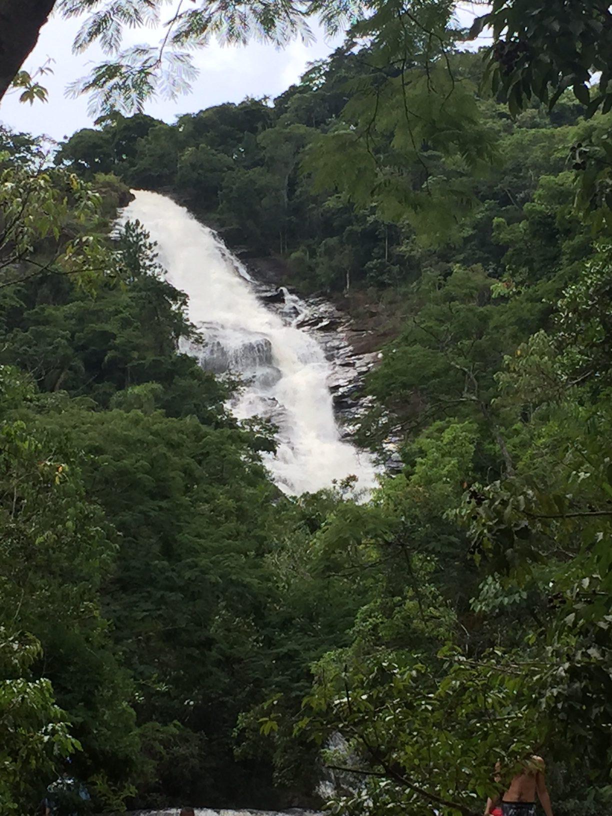 A cachoeira começa no alto do morro....