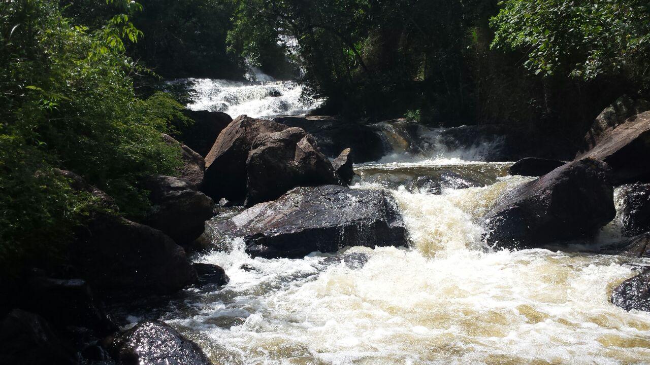 .... e vai formando pequenas cachoeiras e riachos