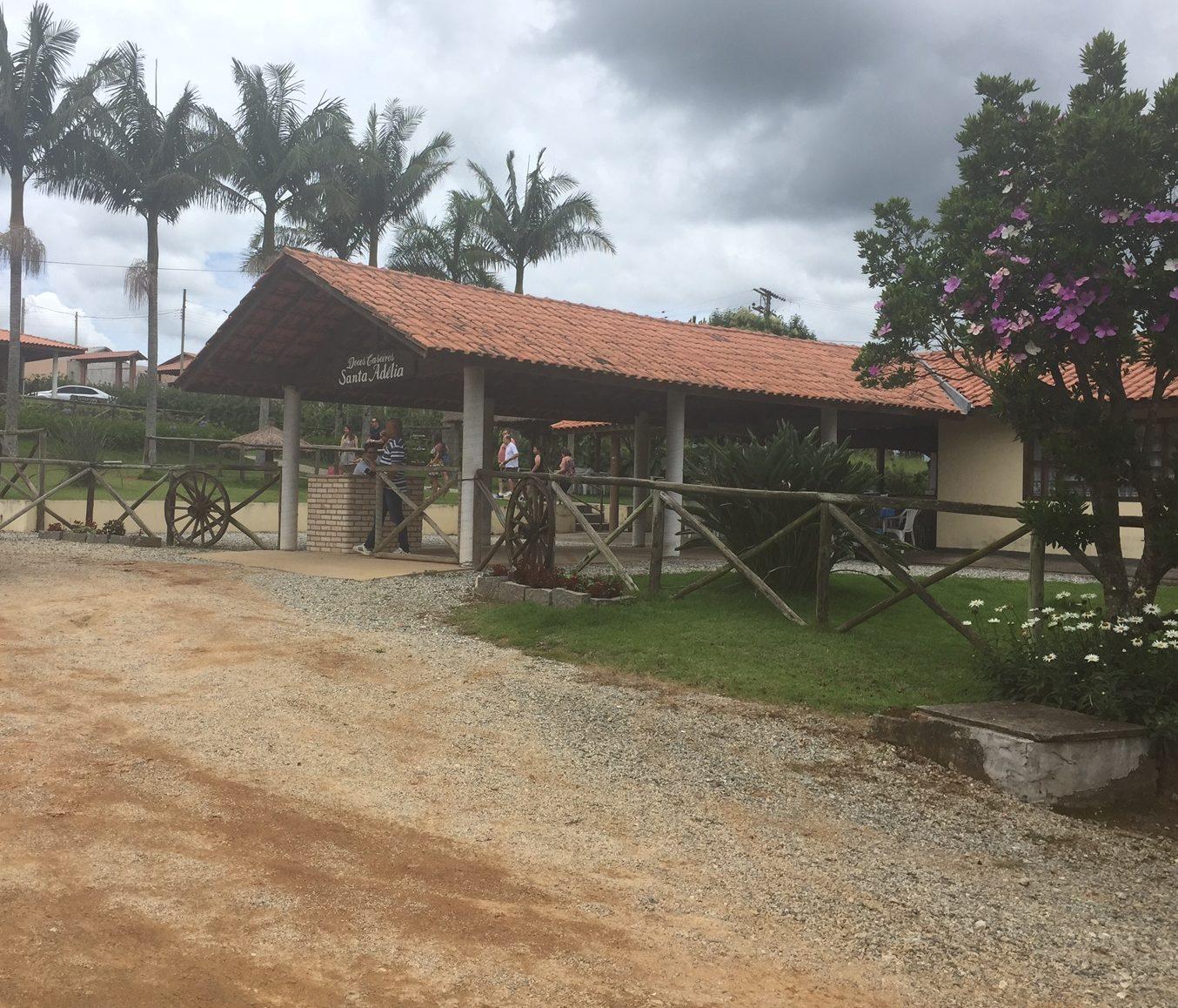 A entrada do local, bem cara de fazenda
