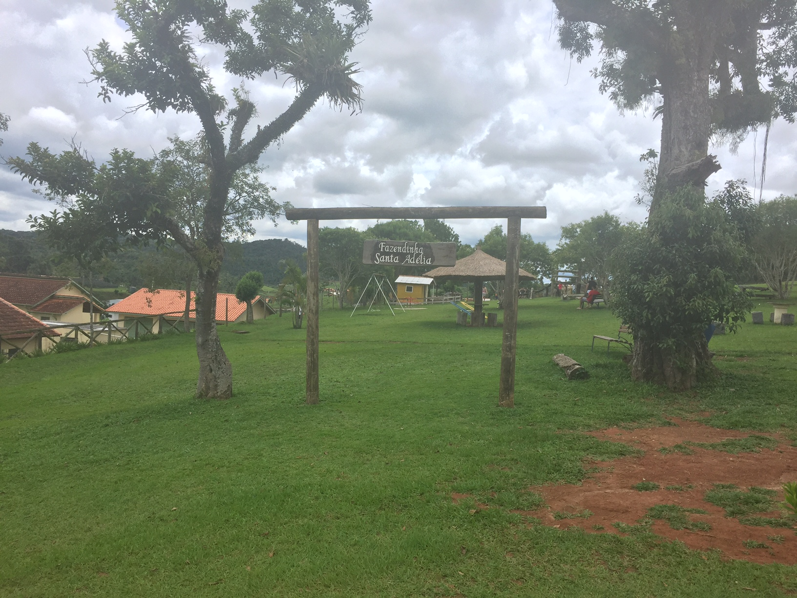 Ampla área verde, com playground e fazendinha de bichos