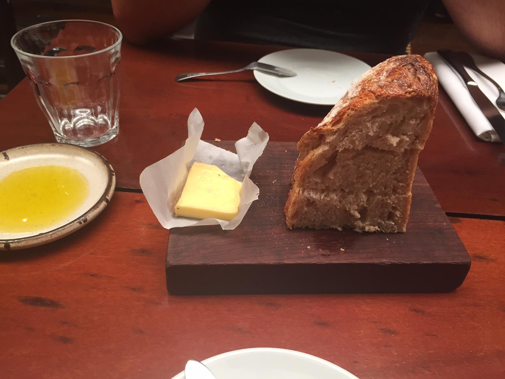 O pão de fabricação própria e fermentação natural é delicioso!