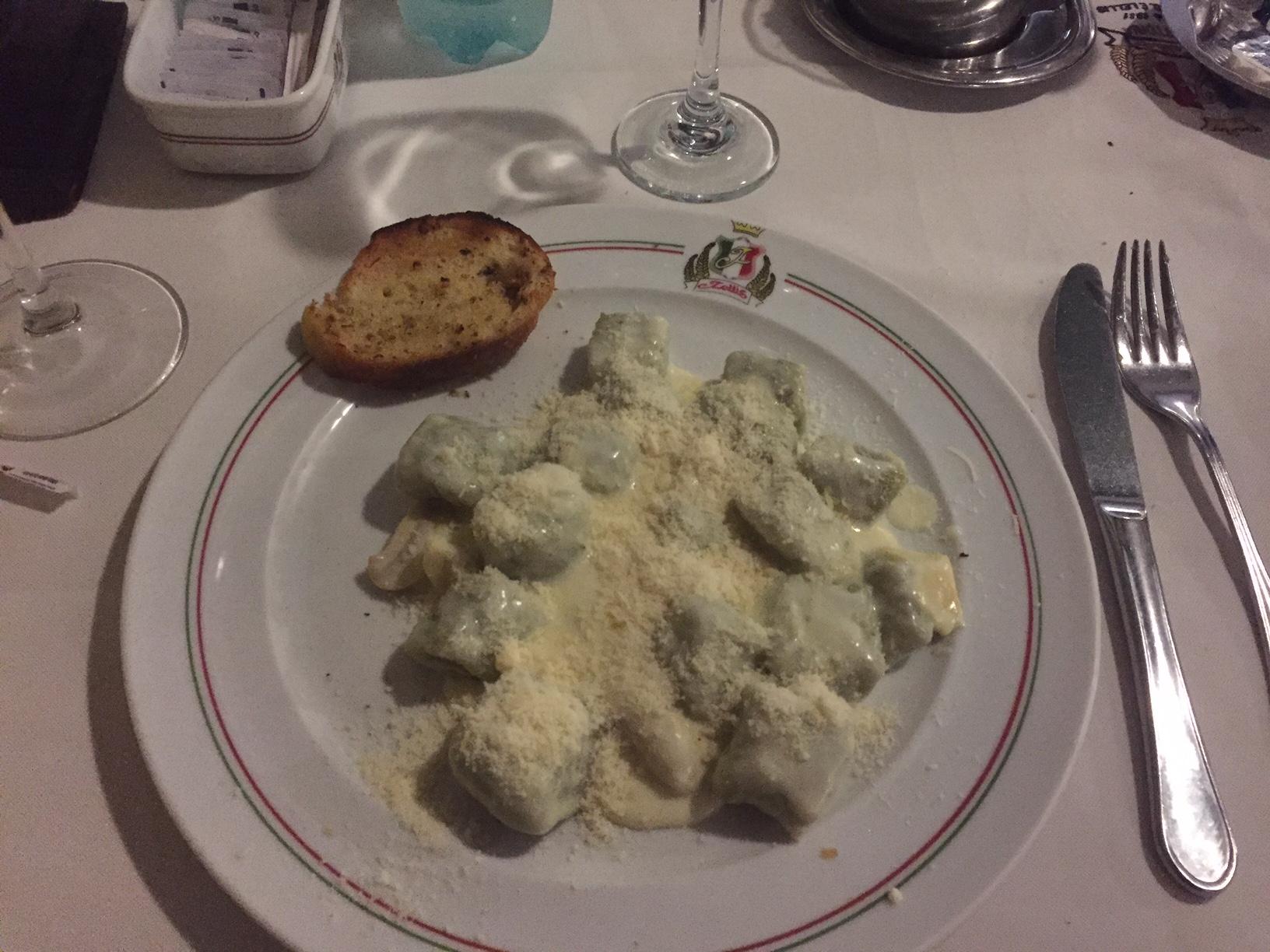 Nhoque de batata e espinafre, com molho Alfredo! Gostoso!