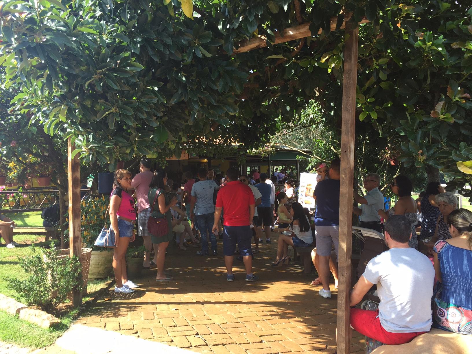 Bastante gente aguardando mesa, mas a espera estava bem organizada