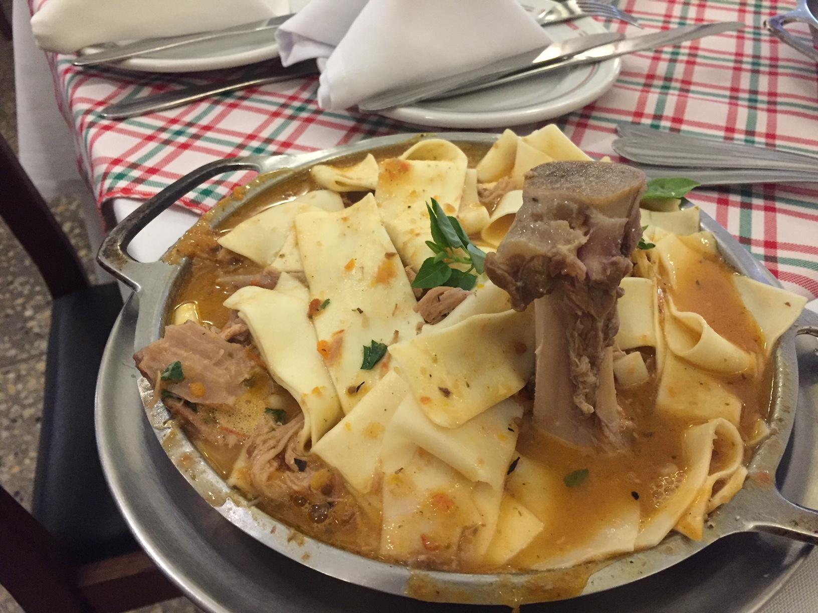 Gostosa servindo no restaurante cuzuda - 3 6